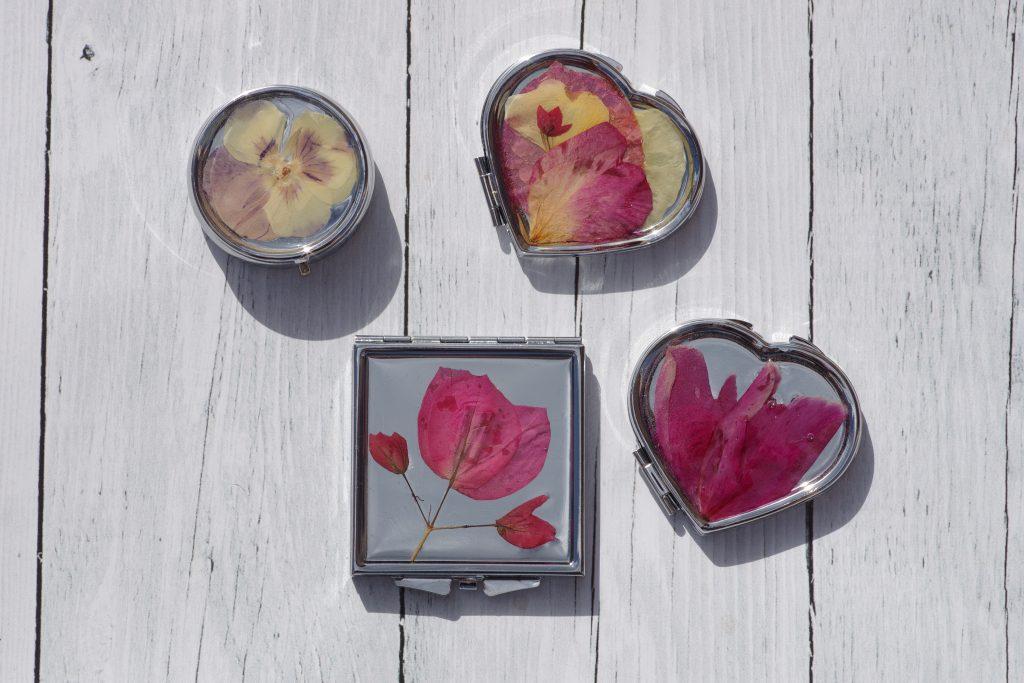 miroirs de poche et boites à pilules décorées de fleurs véritables, couleurs gaies