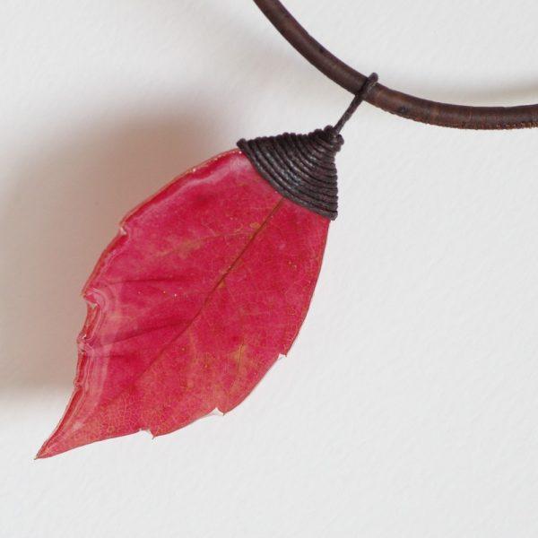 vraie feuille rouge en forme de flamme montée sur du coton marron