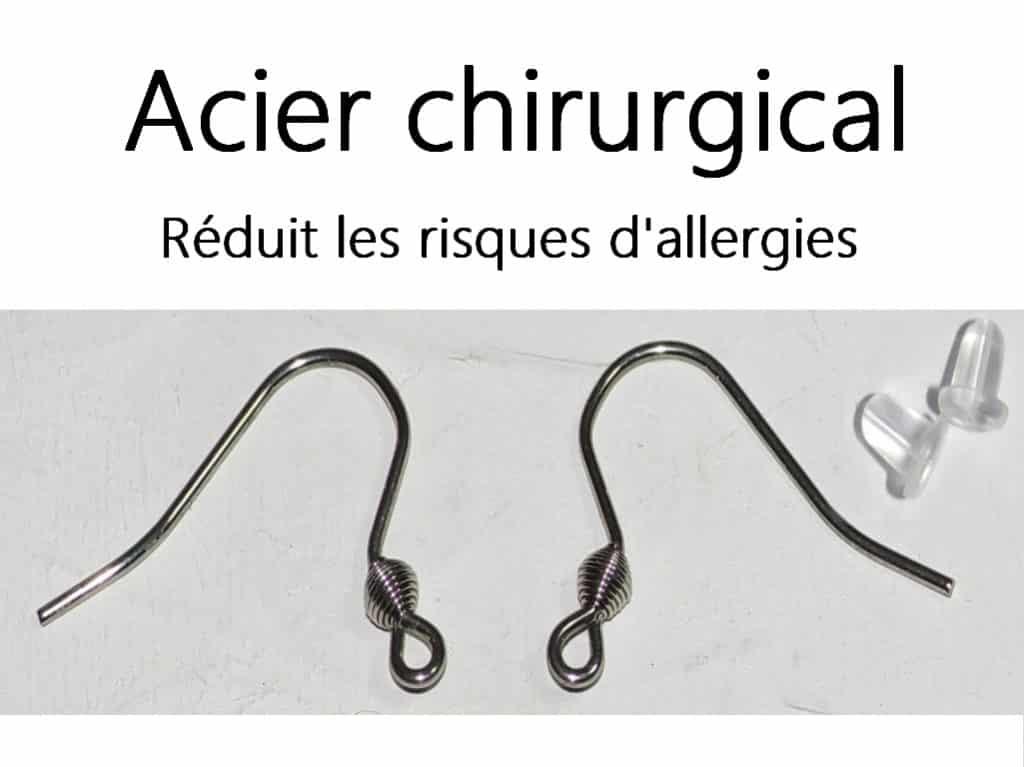 Crochets pour boucles d'oreilles en acier chirurgical. Vus en gros plan avec leurs bloqueurs en silicone, texte