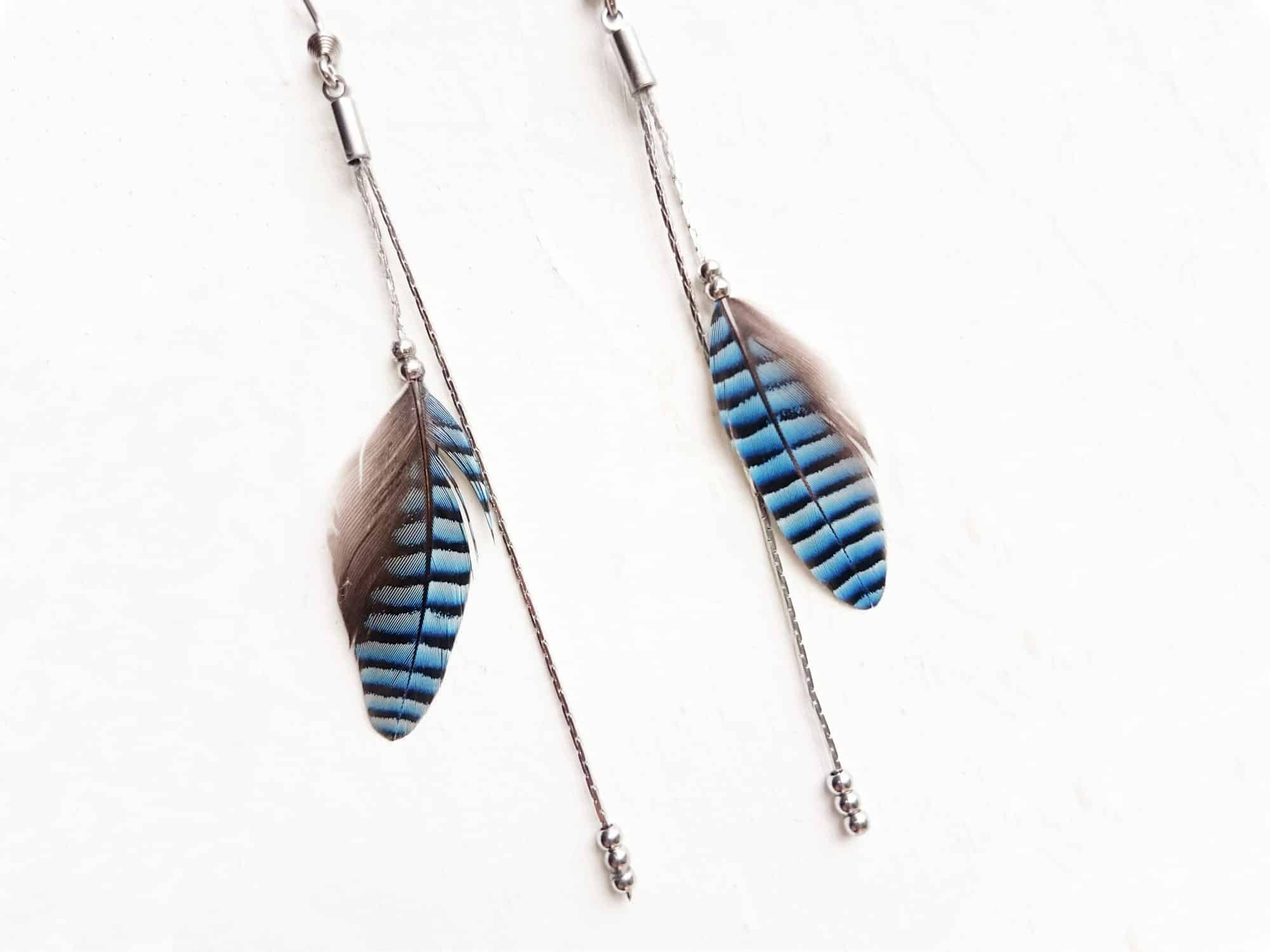 Boucles d'oreilles plumes bleues rayées et de fines chaînes