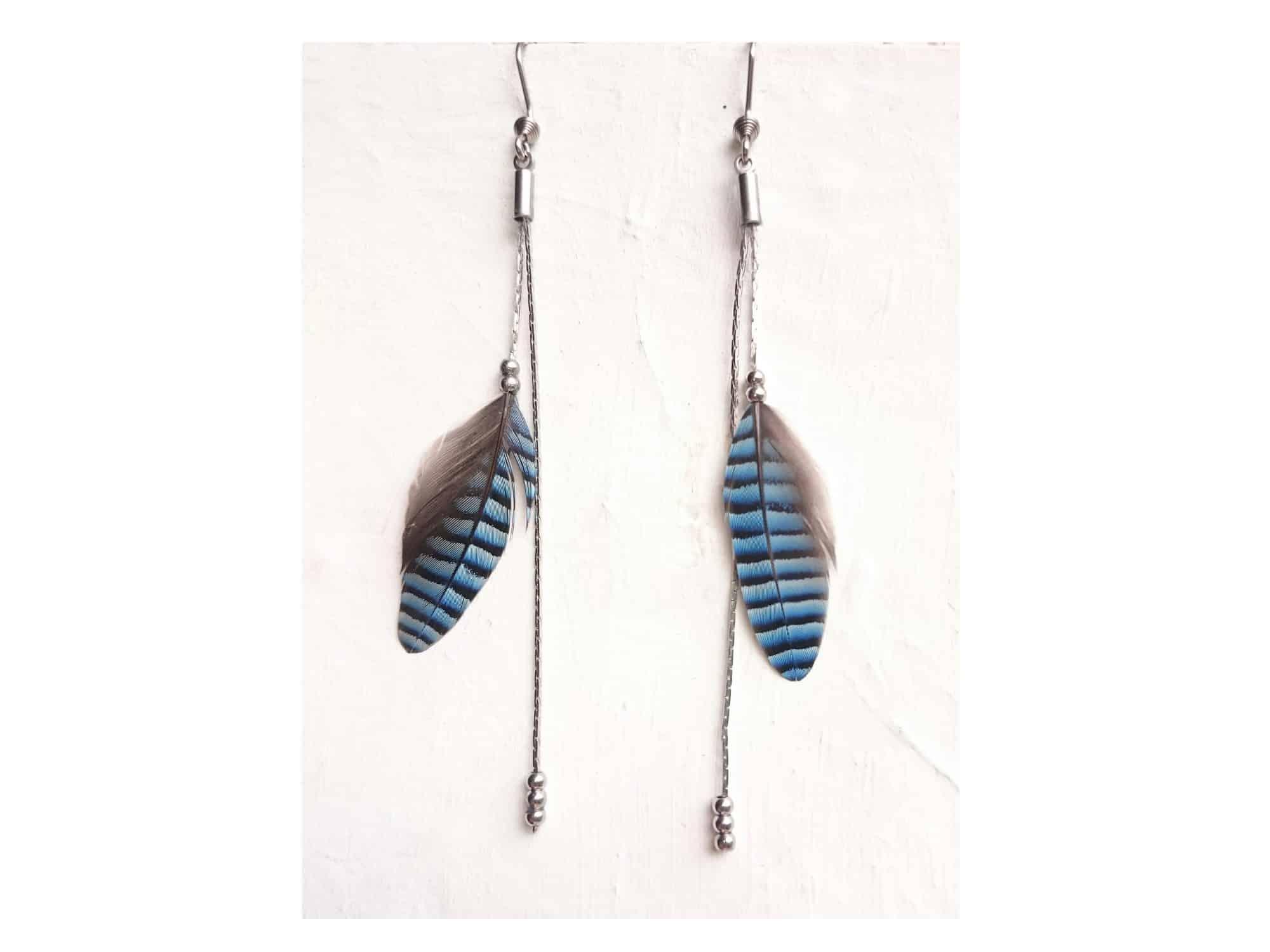 Boucles d'oreilles en plumes bleues rayées avec de fines chaînes argentées