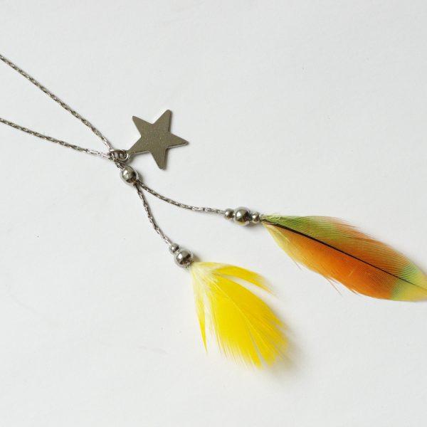 Collier Starlette ,zoom sur le double pendentif : deux plumes jaune et orange et une petite étoile