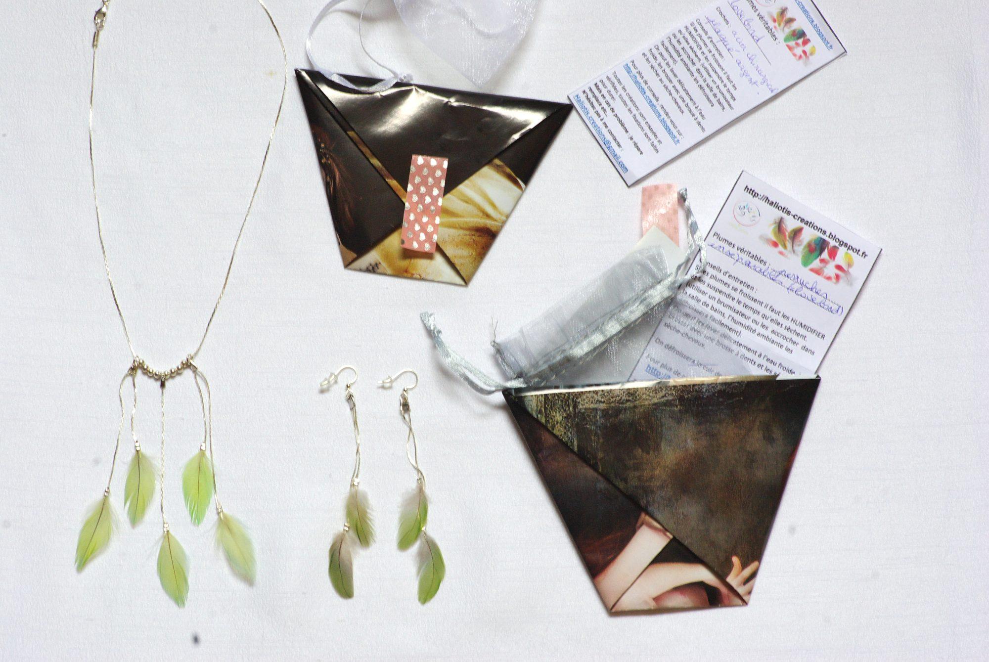 bijoux plumes et leur emballage origami. Accompagnés de leur fiche info