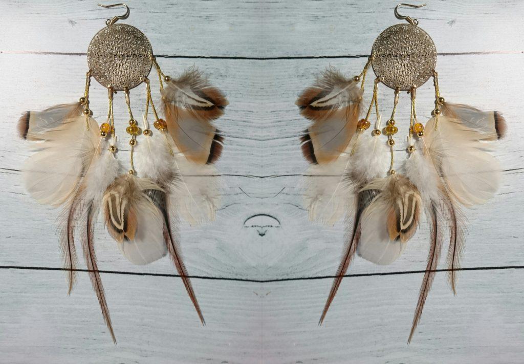 boucles d'oreilles bohèmes avec de nombreuses plumes et un mandala doré