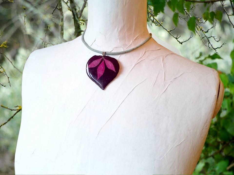 Collier végétal sur commande : une feuille en forme de coeur avec des petites feuilles de fusain, sur un cordon de liège
