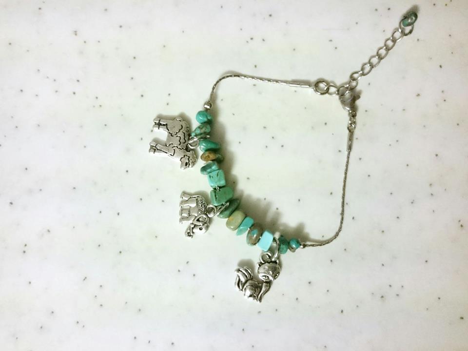 bracelet chaîne inox avec pierres turquoises et breloques : agneau, renard, éléphant