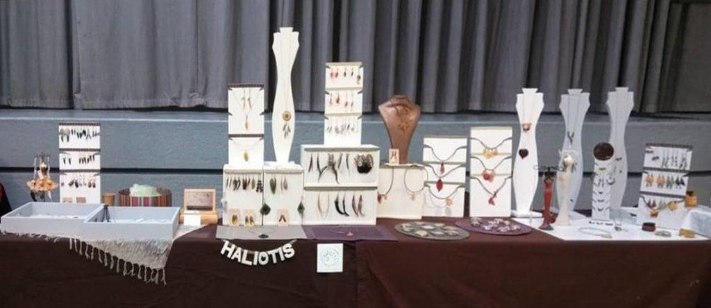 stand d'exposition d'Haliotis, expo à la Bamboche, présentoirs blancs et ape marron.