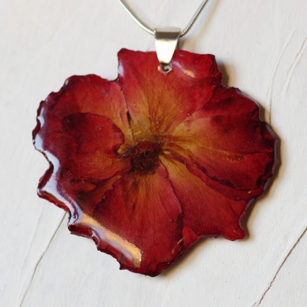 pendentif végétal ; vraie rose rouge, chaine serpentine argentée