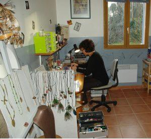 Dans l'atelier , la créatrice au travail