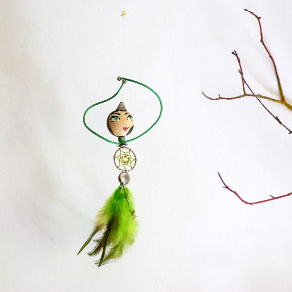 capteur de rêves féérique : petite fée auc oprs en dreamcatcher et jupe de plumes vertes