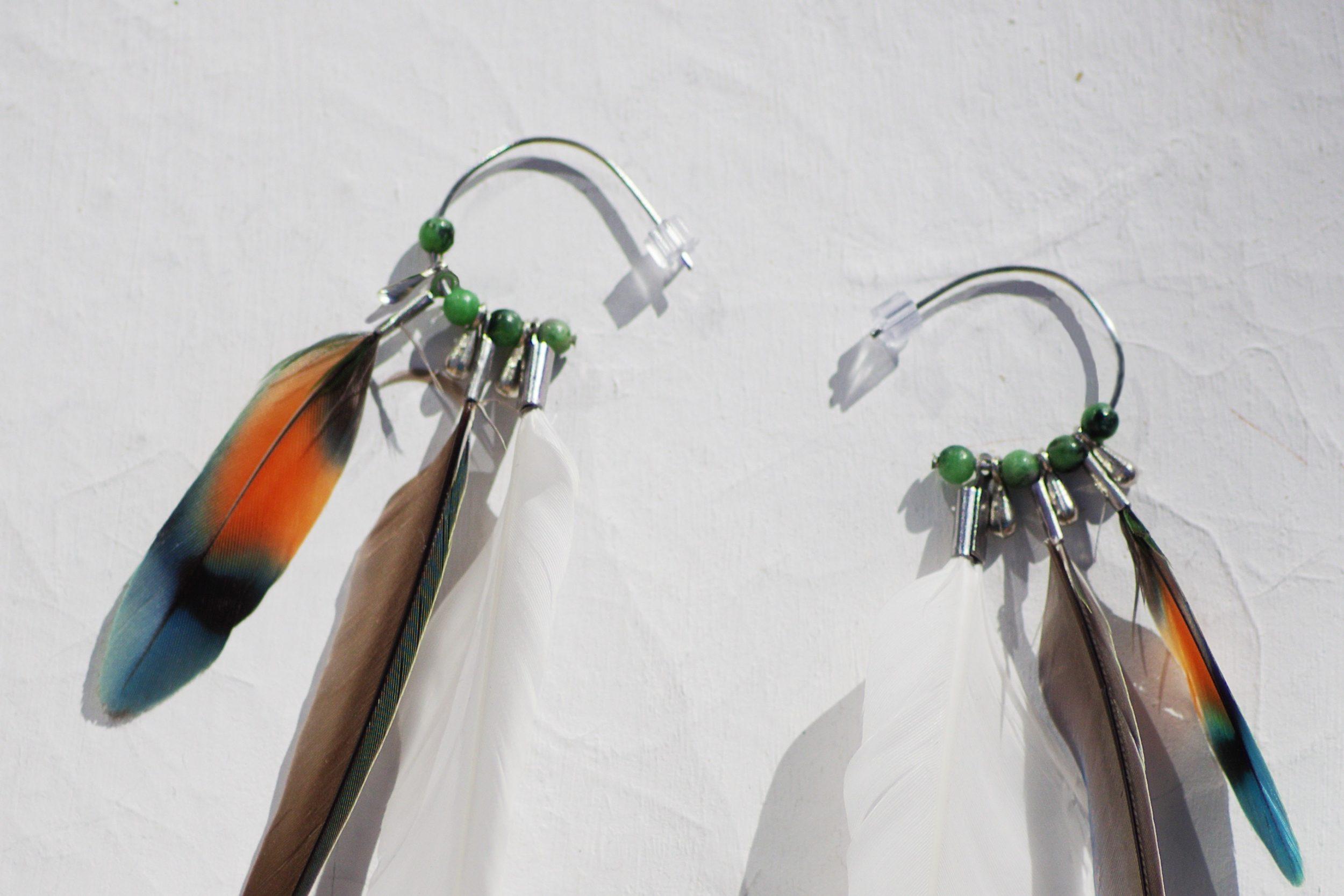 Petits anneau créoles avec des plumes blanches, vertes et multicolores et de petites perles de verre