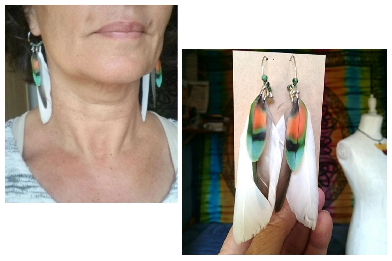 Petits anneau créoles avec des plumes blanches, vertes et multicolores et de petites perles de verre. Photo portée