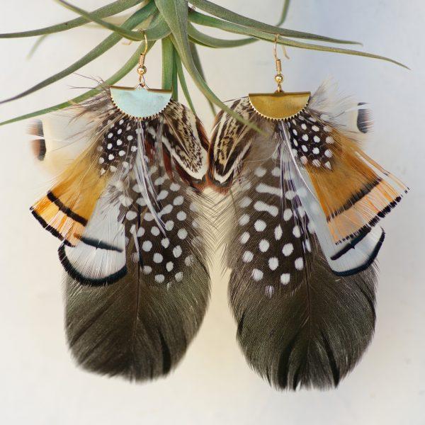 somptueuses boucles d'oreilles avec de nombreuses plumes noires, orange et blanches, à pois, rayées..., inspiration ethnique