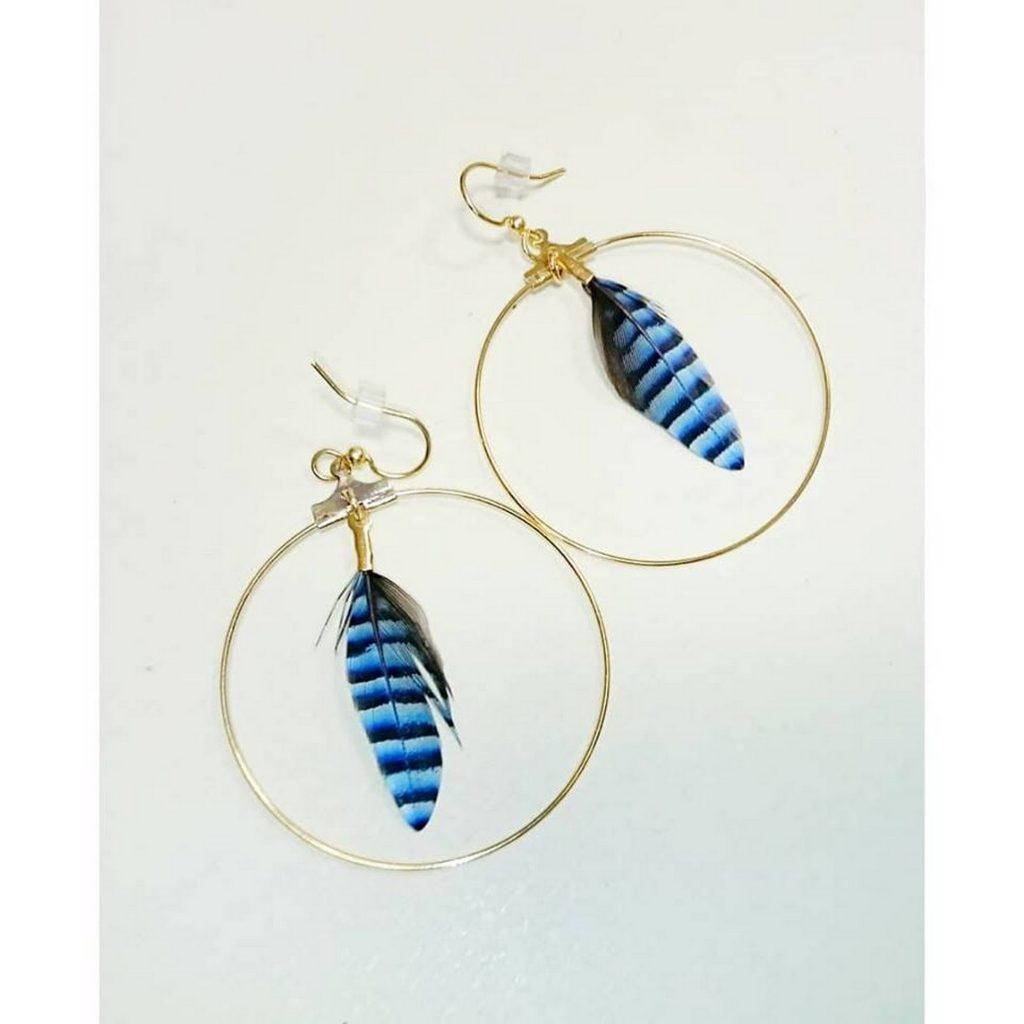 boucles d'oreilles plumes bleues dans un anneau doré
