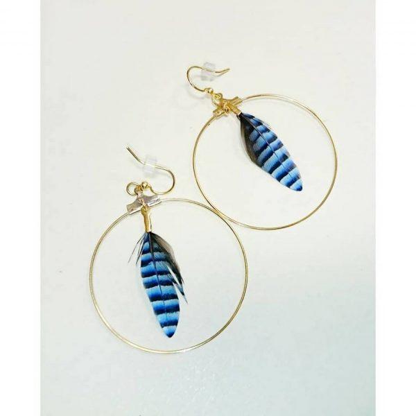 boucles d'oreilles plumes bleue rayée dans un anneau doré