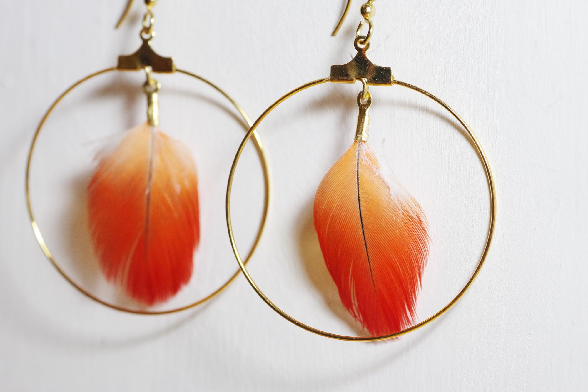 boucles d'oreilles à plume rouge et grand anneau doré