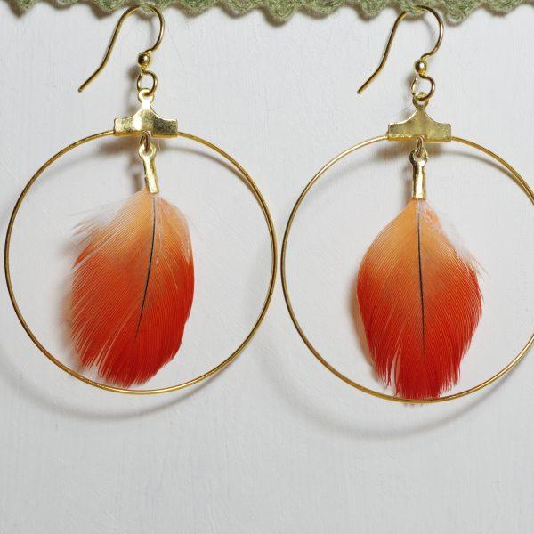 boucles d'oreilles rouge et doré : plume rouge dans un anneau fin