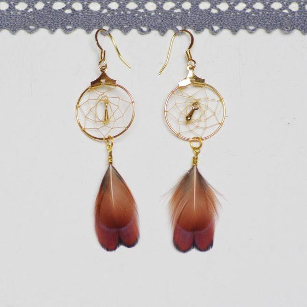 boucles d'oreilles dreamcatcher doré avec des plumes marron