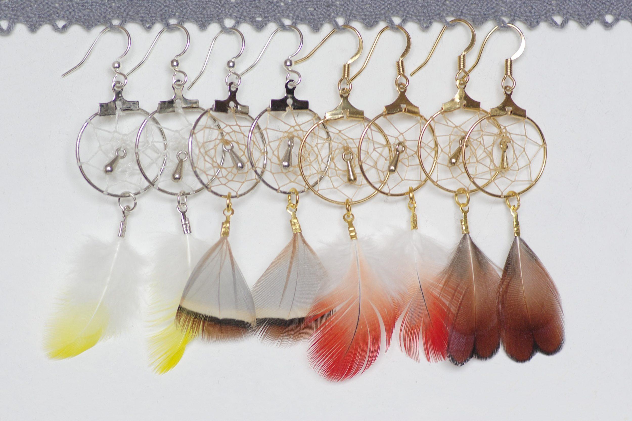 boucles d'oreilles dreamcatcher doré ou argenté avec des plumes naturelles de couleurs variées