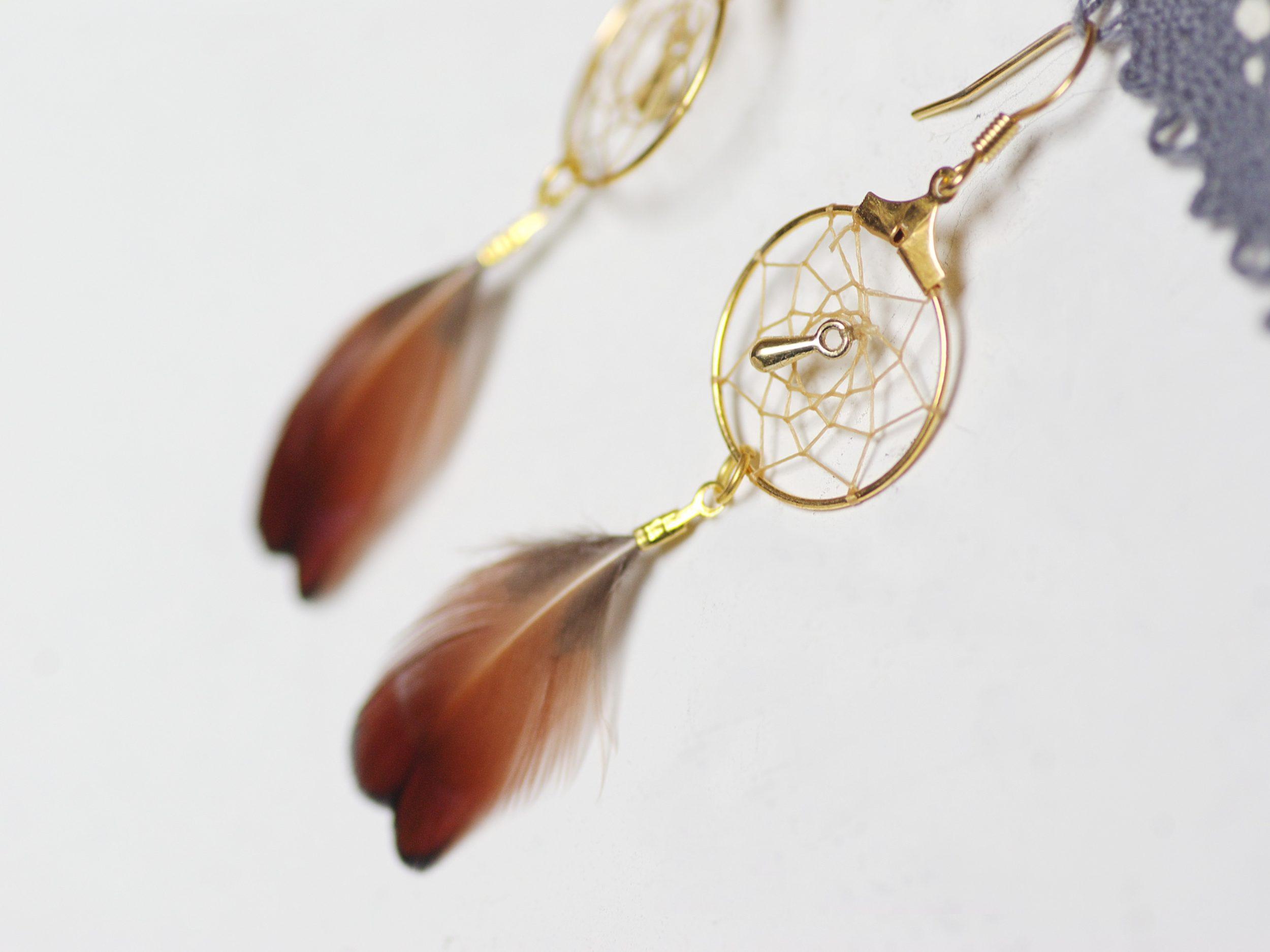 boucles d'oreilles dreamcatcher doré avec des plumes naturelles