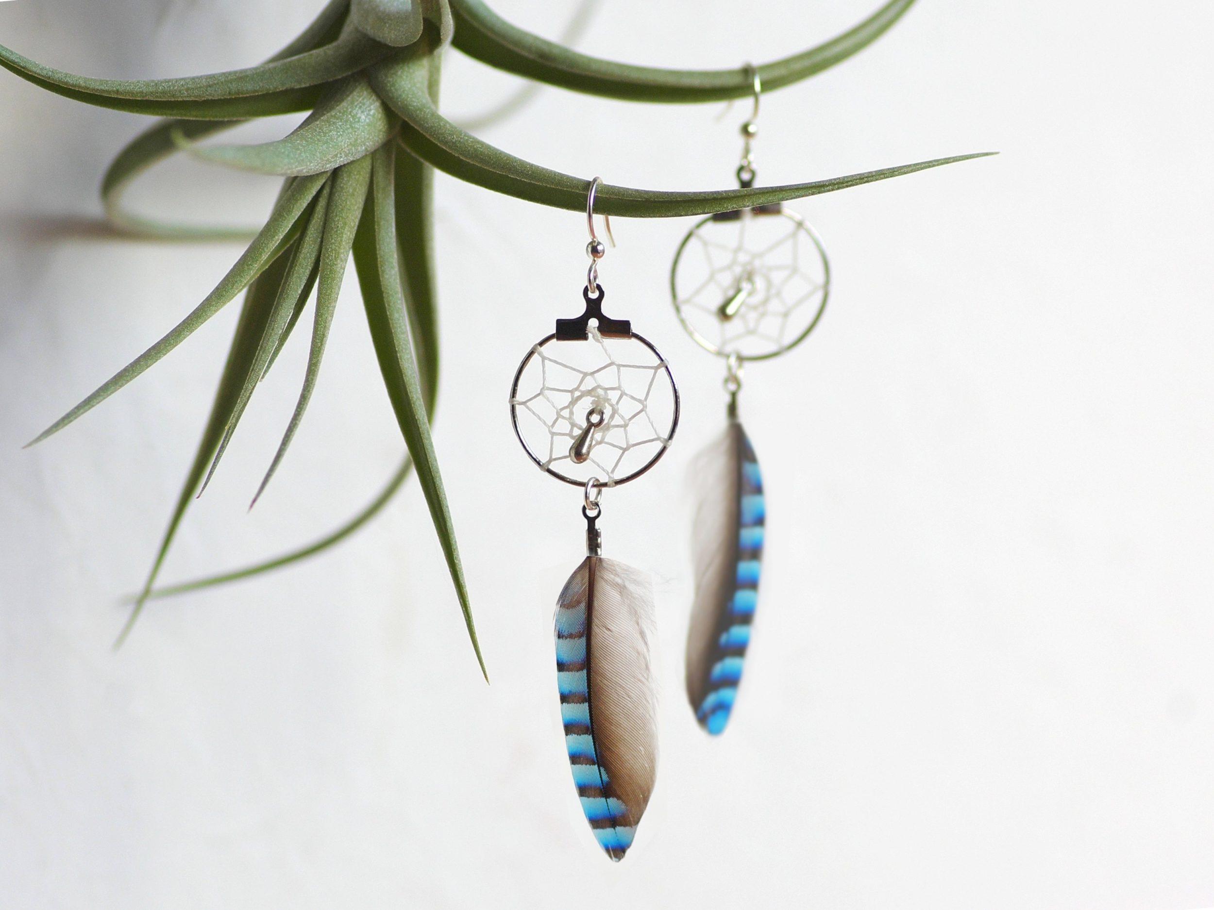 boucles d'oreilles dreamcatcher bleu, plumes rayées et anneaux argentés