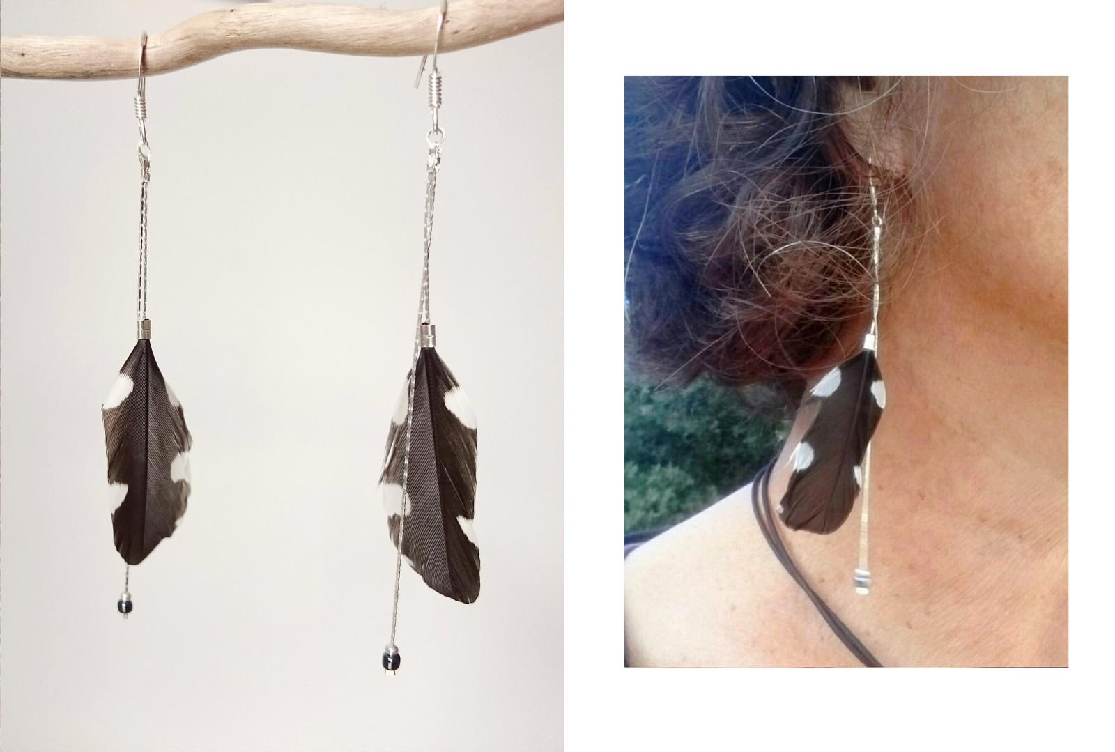 boucles d'oreiles à plumes noires et blanches et chaînes argentées, photo portée