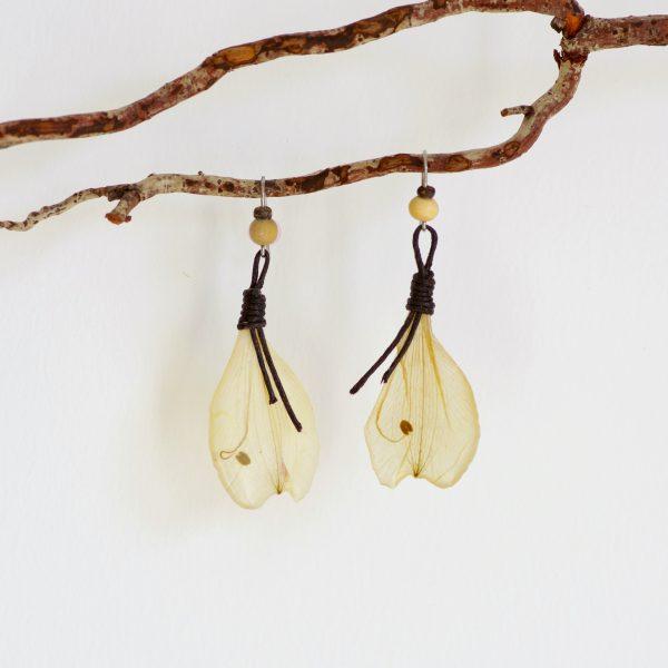 boucles d'oreilles à pendentifs pétales clairs. Lacets marron.