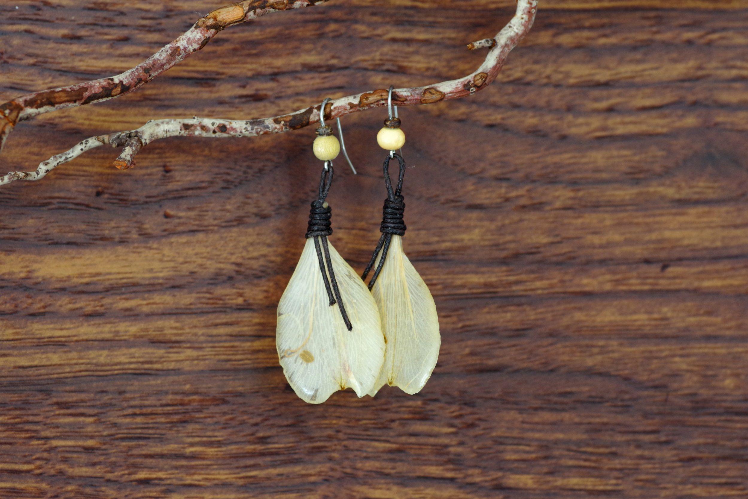 boucles d'oreilles avec des pétales clairs et des lacets marron