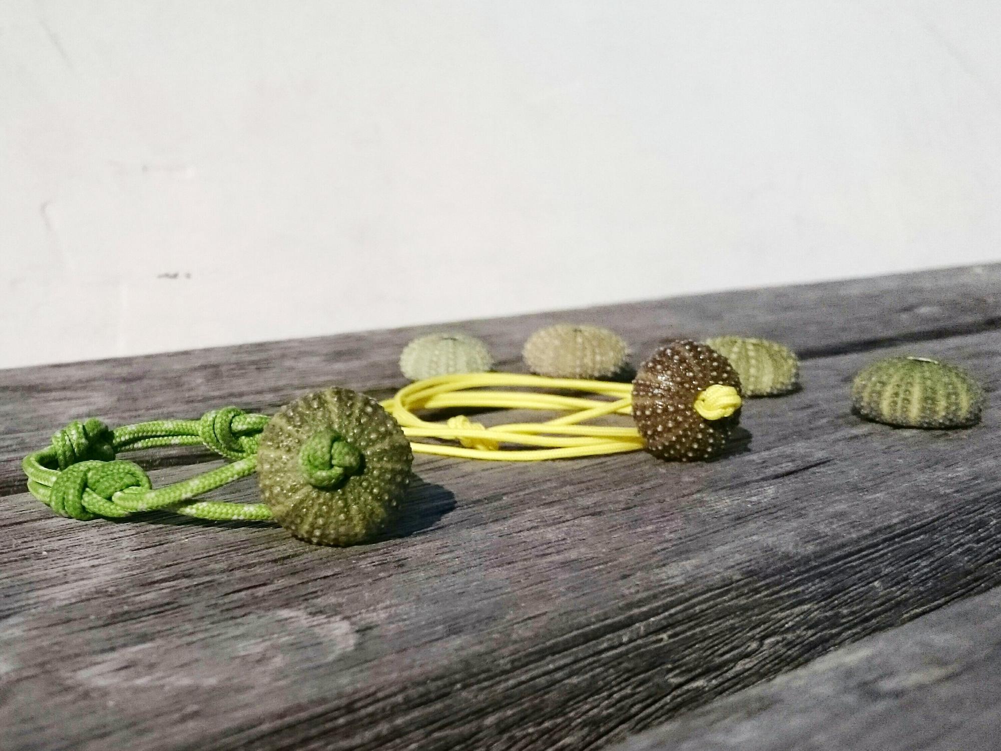 deux bracelets de style marin l'un jaune , l'autre vert avec des oursins