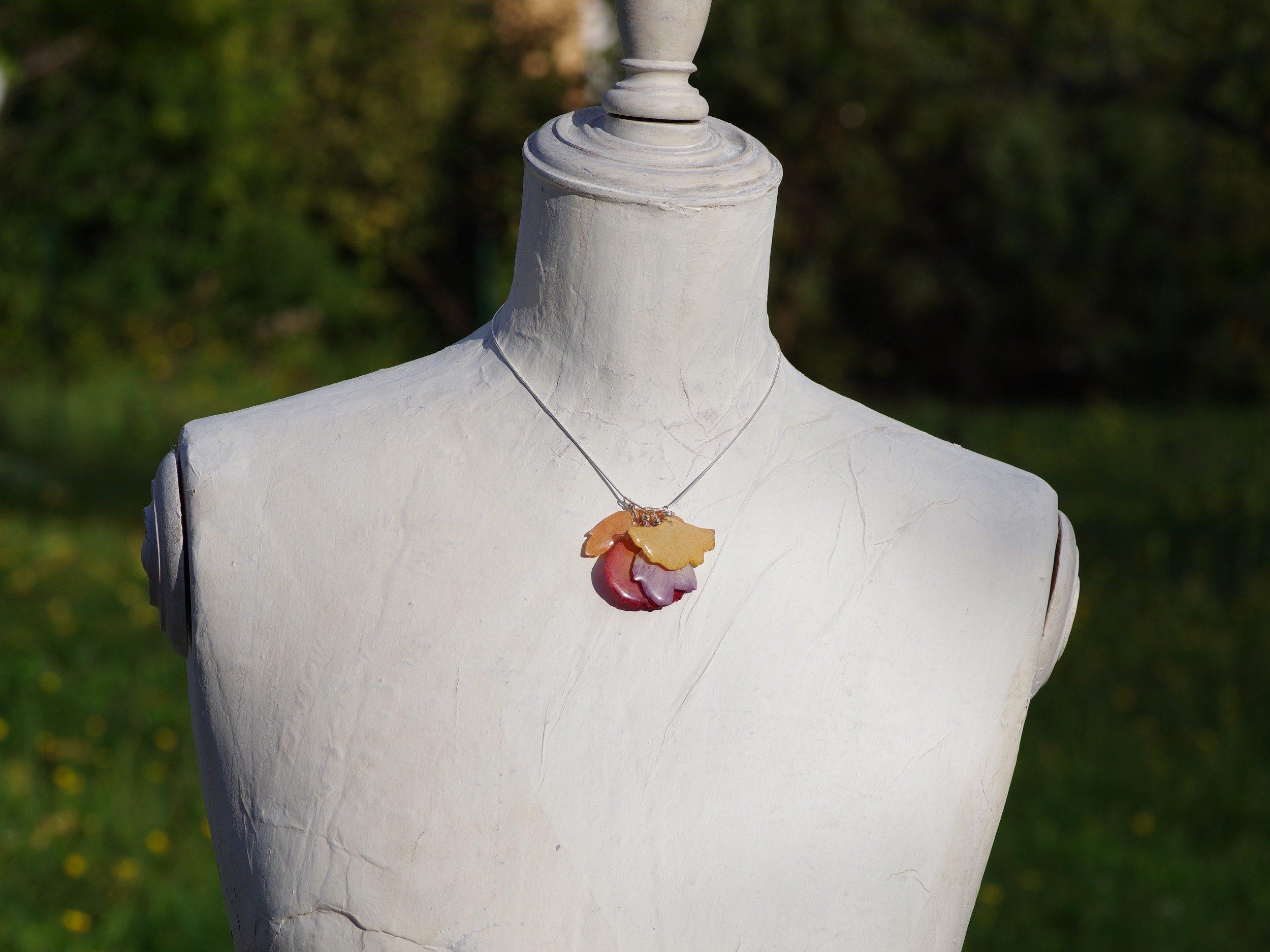 vue du collier bouquet d'automne porté sur un mannequin