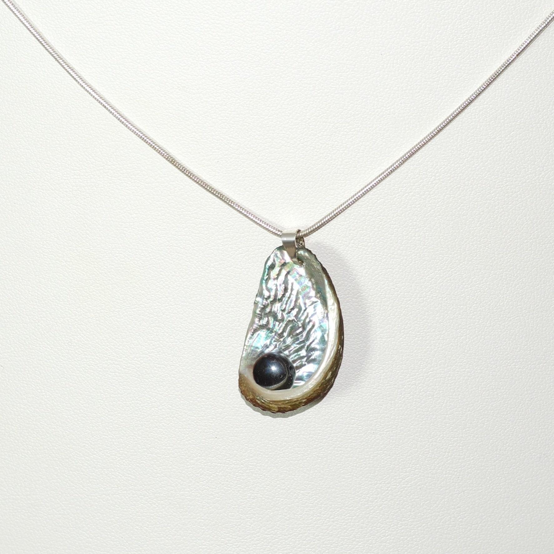 collier argenté : chaine et coquillage à la nacre argentée, perle d'hématite