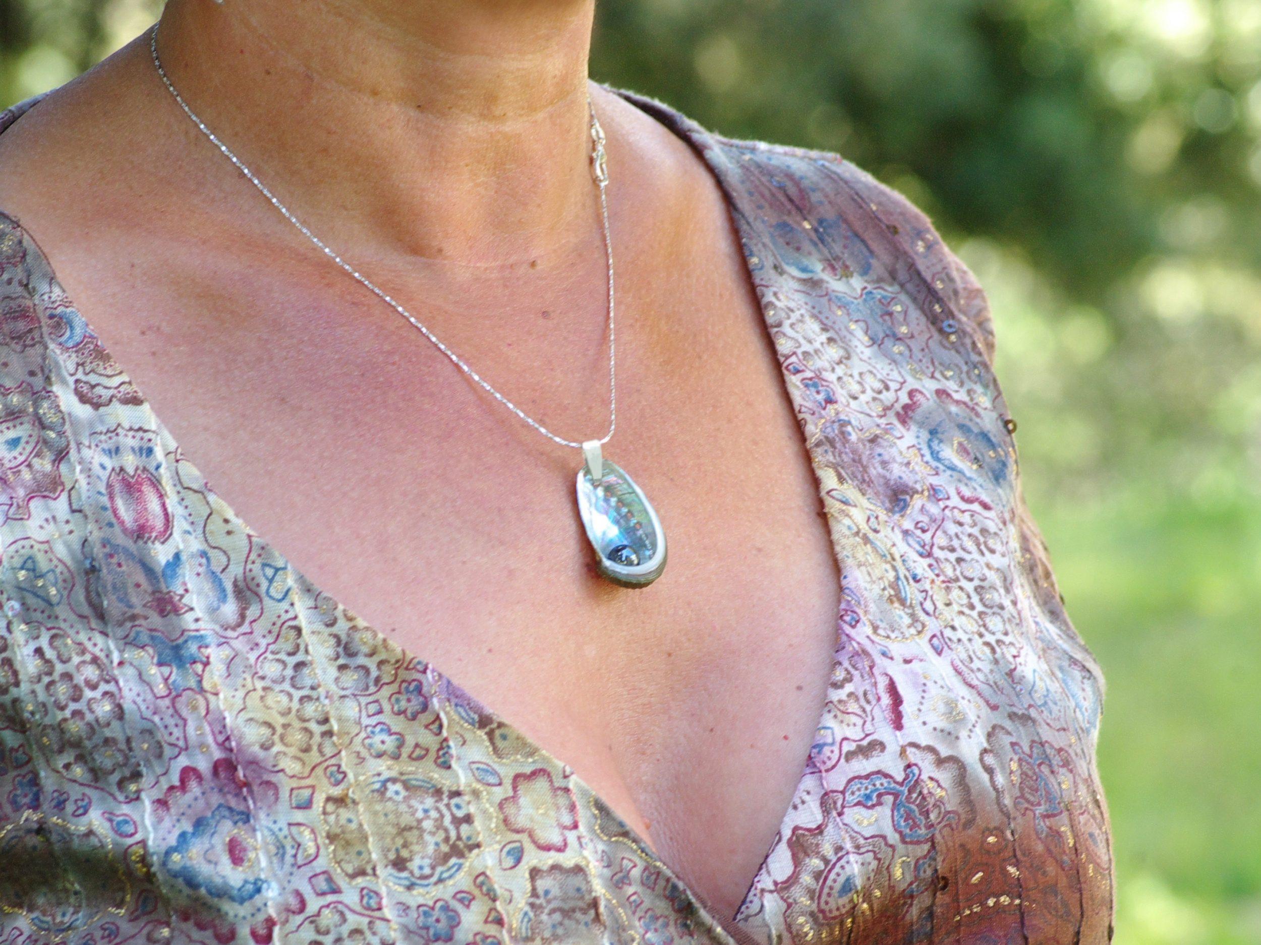 pendentif haliotis et hématite porté sur une chaîne argentée