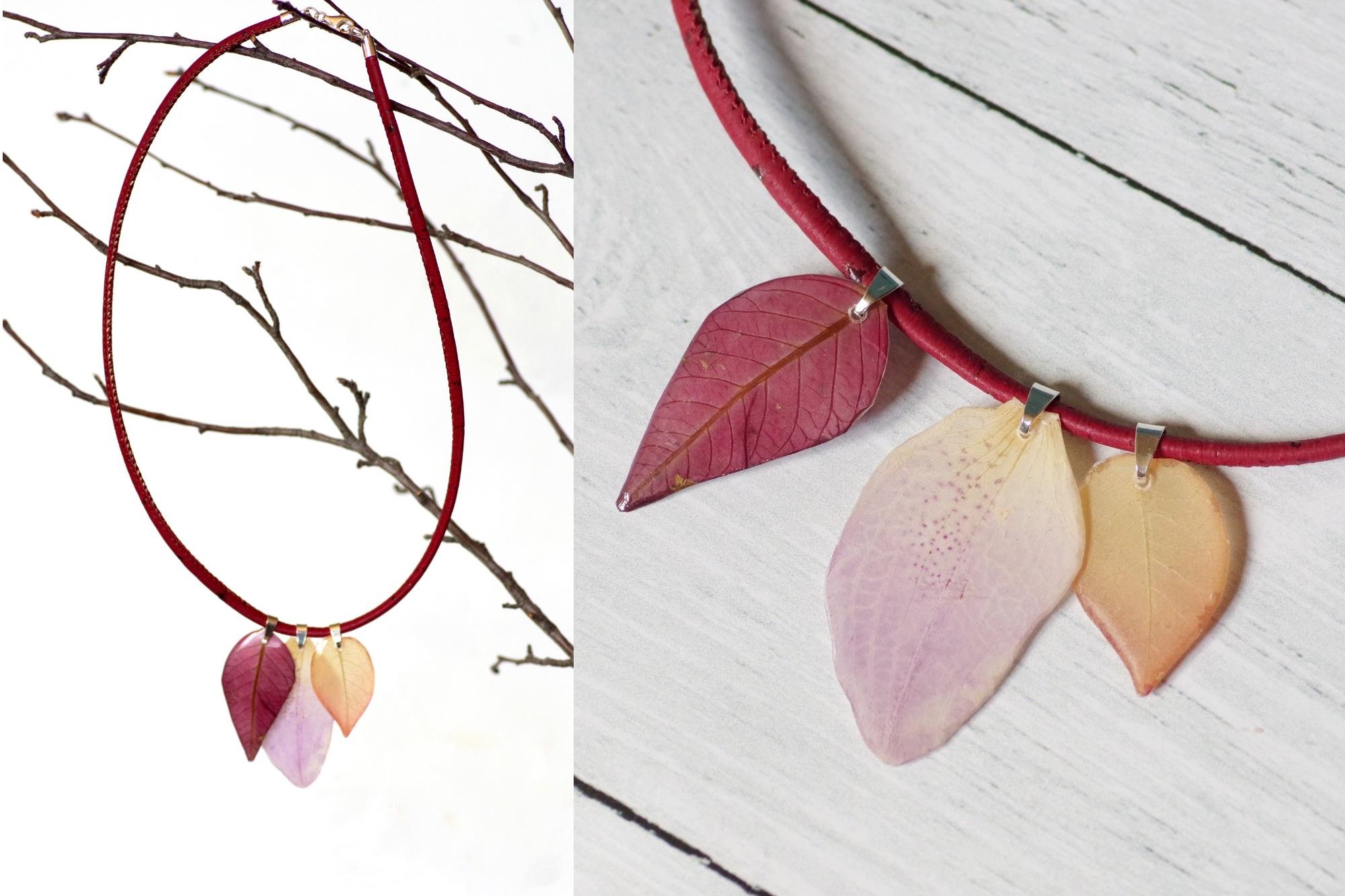 vue générale et détails d'un collier en liège rouge avec trois pendentifs végétaux poinsétia, bougainvillée et orchidée