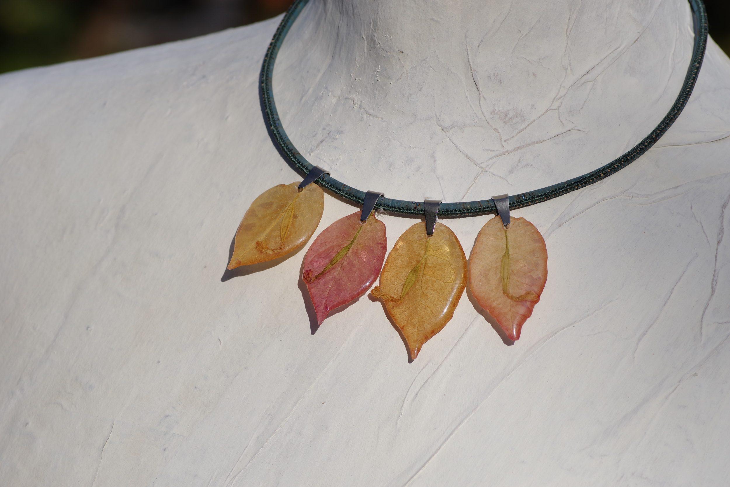 collier court avec quatre pendentifs bougainvillées et tour de cou gris-turquoise