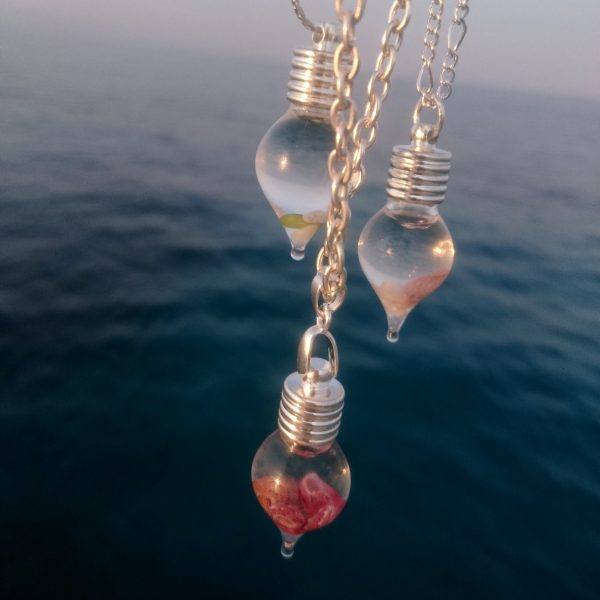 Colliers Ondine : chaîne et pendentif fiole de coquillages