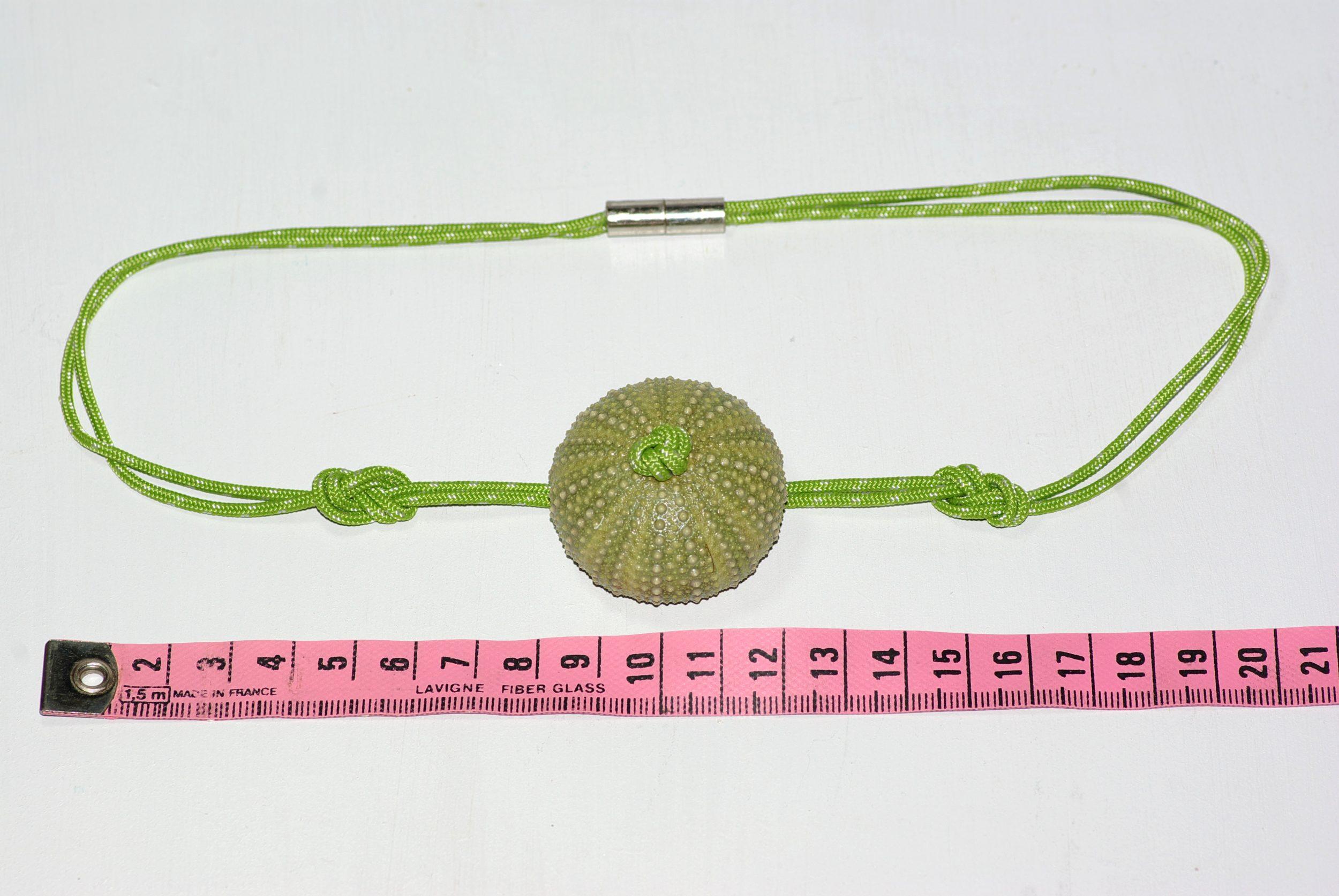 collier en cordelette marine verte nouée et pendentif oursin, prise de mesure : ourisn 4 cm.