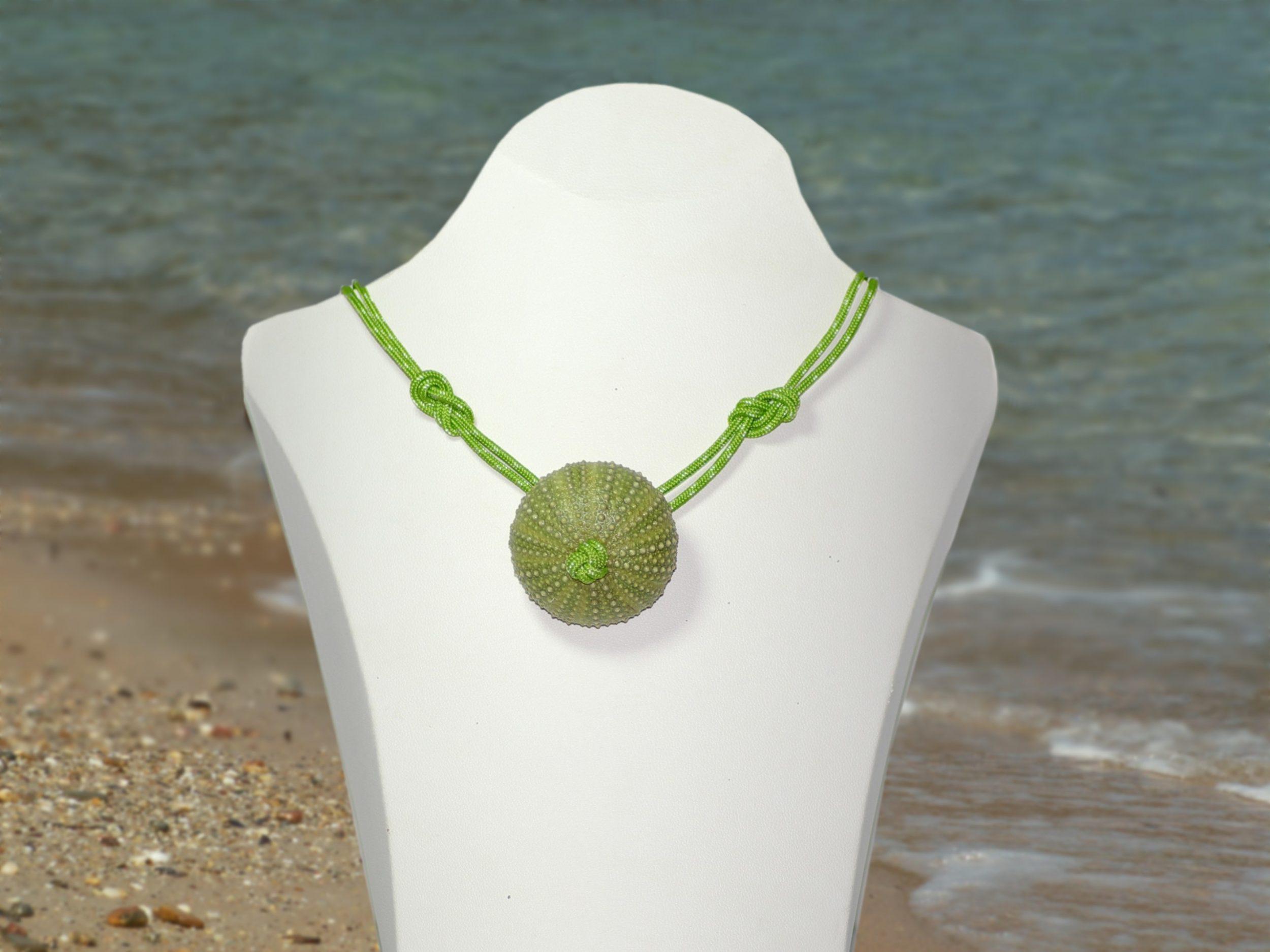 collier oursin vert et corde verte, photo sur fond de plage