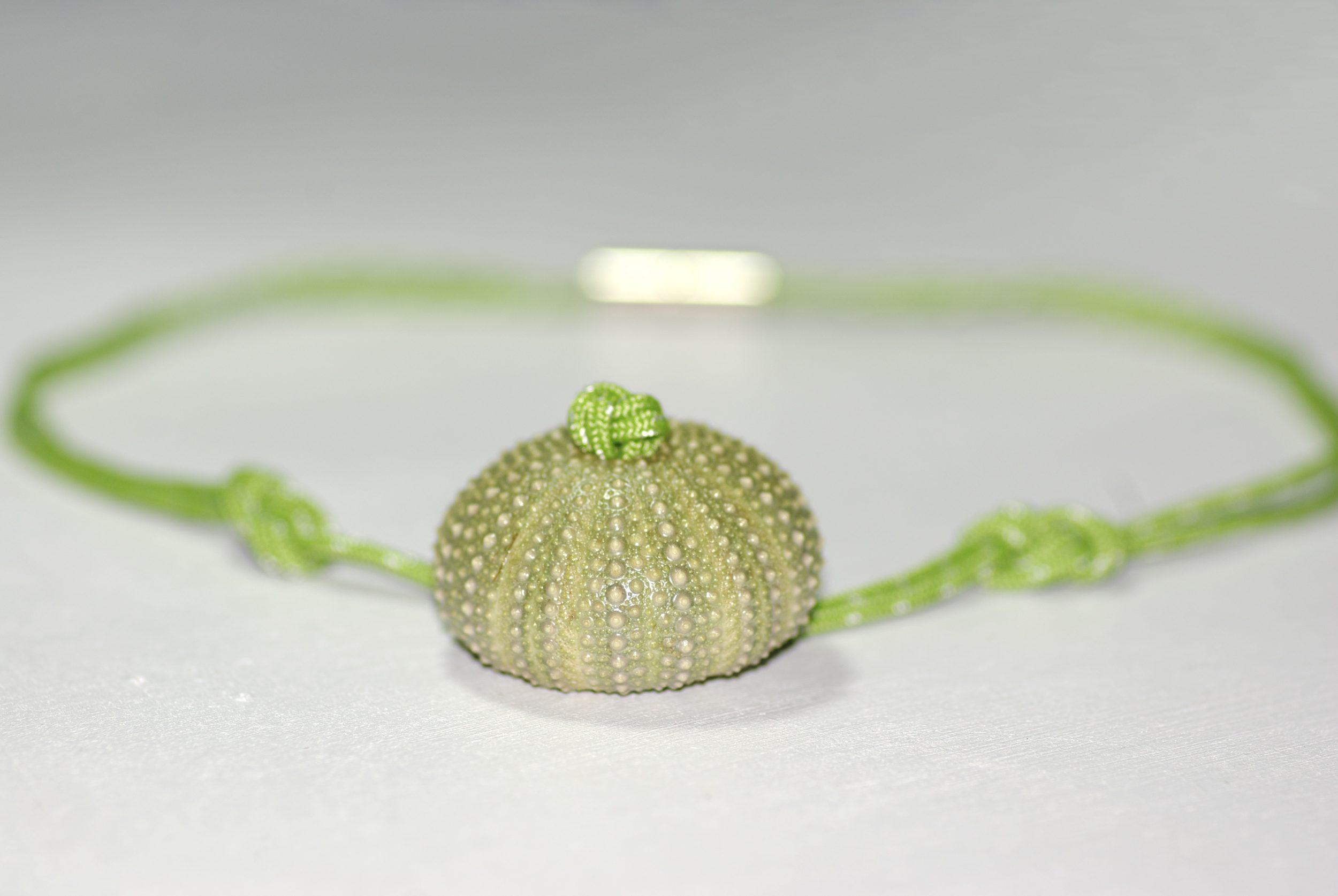 collier en bout marin vert noué et pendentif oursin vert , fermoir magnétique.