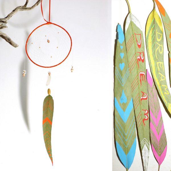 Cadeau de naissance : dreamcatcher personnalisable : une feuille en forme de plume,peinte de graphismes, prénoms, dates de naissances , etc