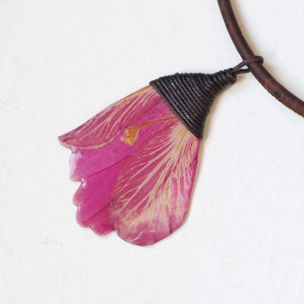 pendentif fleur d'hibiscus fuchsia , presque mauve, bijou nature