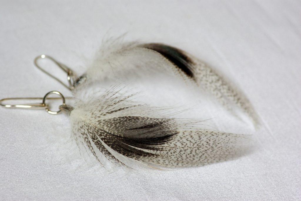 boucles d'oreilles en plumes grises