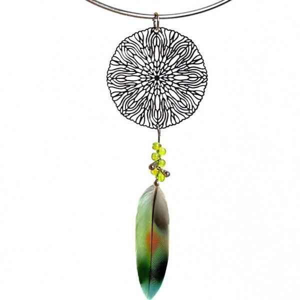 pendentif mandala argenté et plume verte