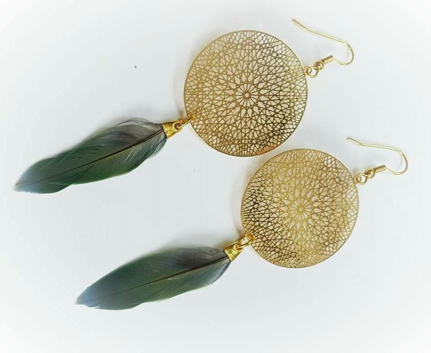 boucles d'oreilles d'inspiration attrape-rêves avec un mandala doré et une plume verte