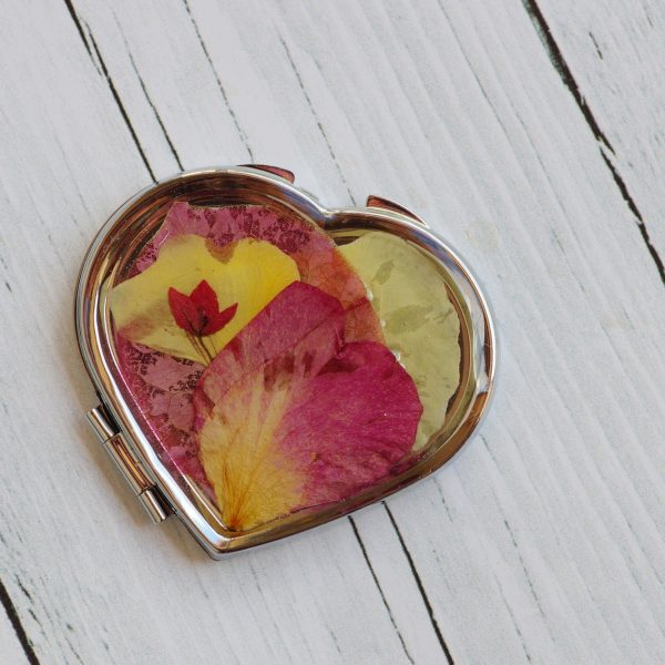 miroir coeur : miroir de poche en forme de coeur avec un décor floral gai et coloré, jaune et rose