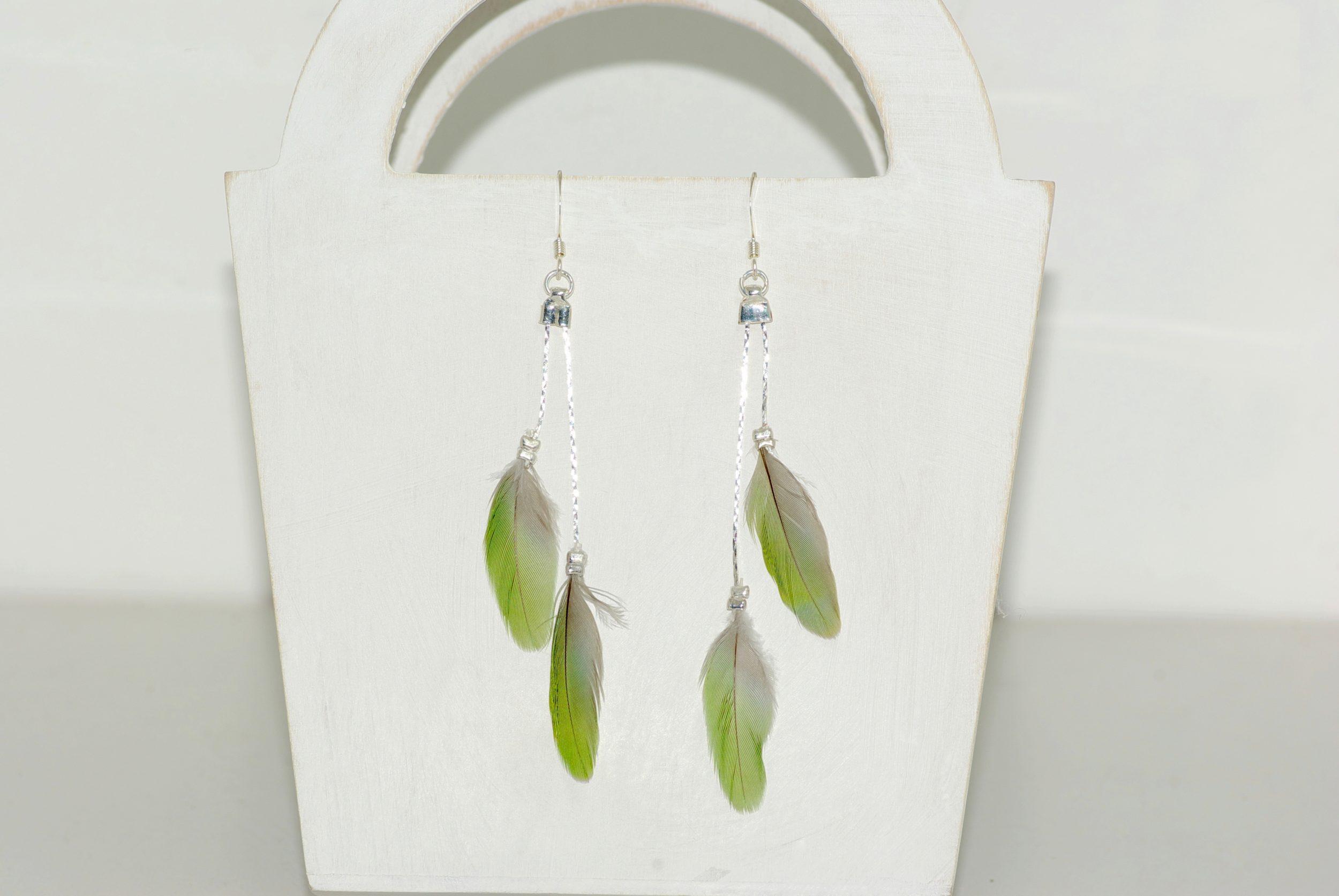 Boucles d'oreilles plumes vertes et fines chaînes argentées