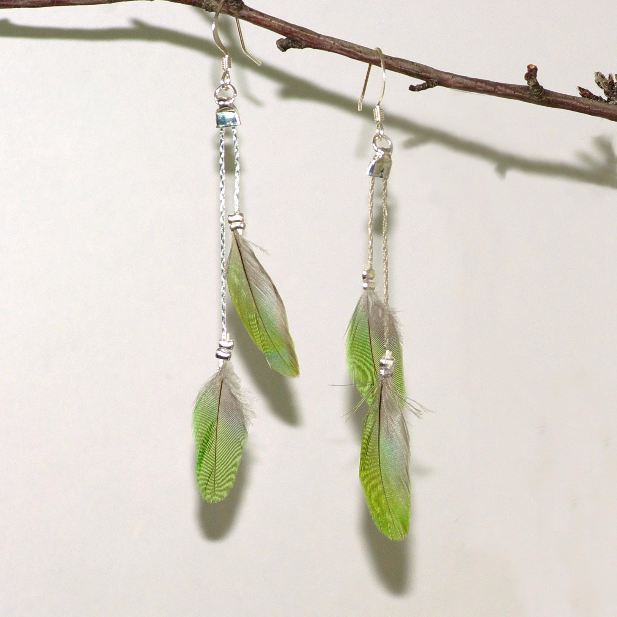 Boucles d'oreilles plumes vertes et fines chaînes en inox