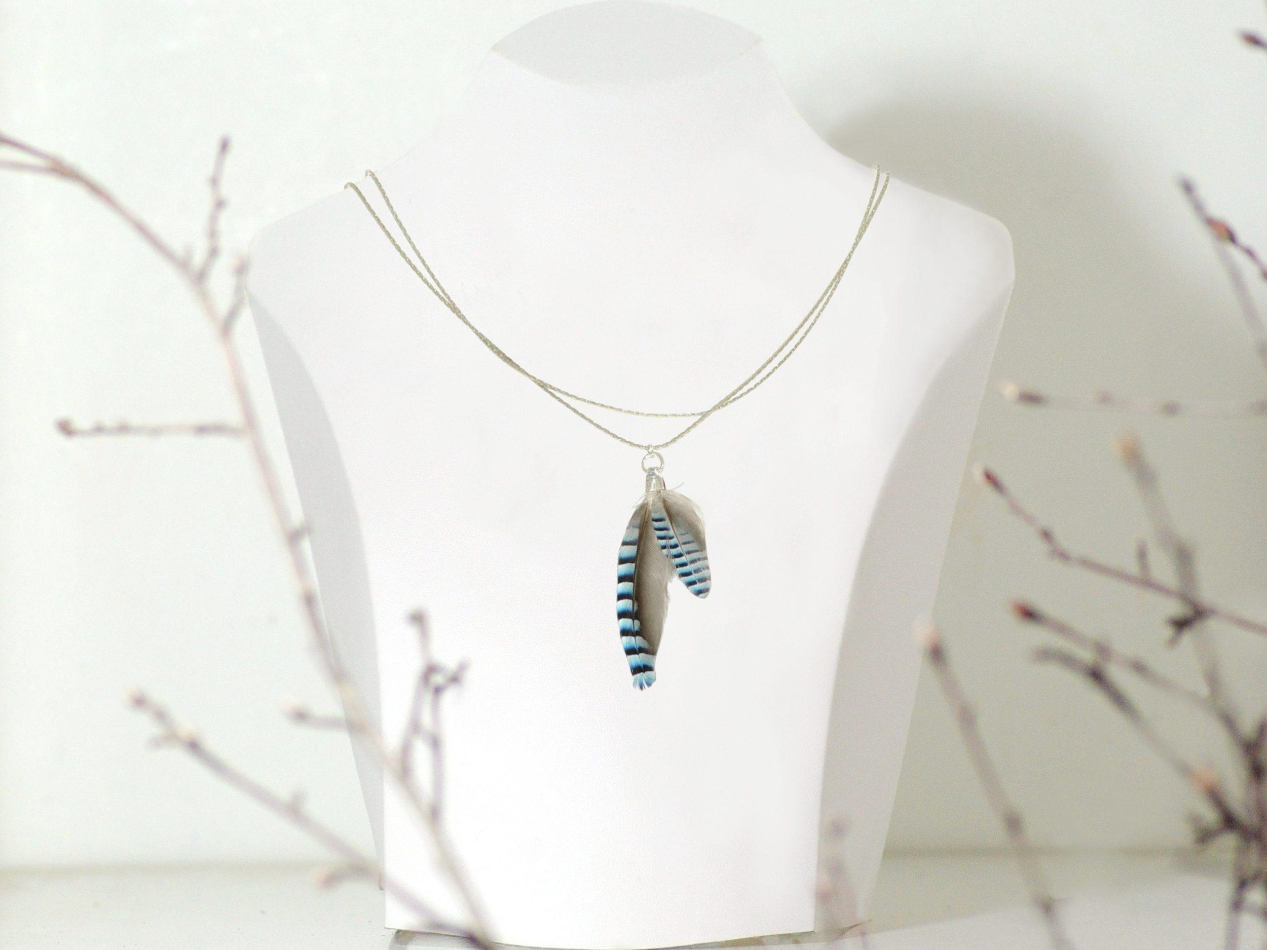 Collier plumes bleues rayées, double chaîne argentée