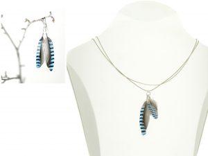 Collier plumes bleues rayées, double chaîne argentée, boucles d'oreilles assorties