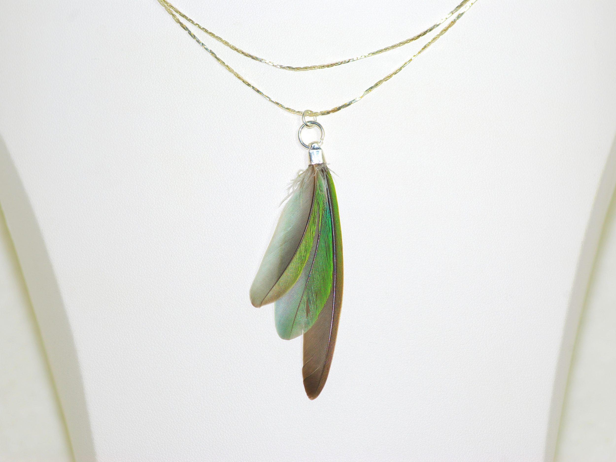 collier avec un pendentif plumes en éventail, plumes vert-gris, chaînes en inox