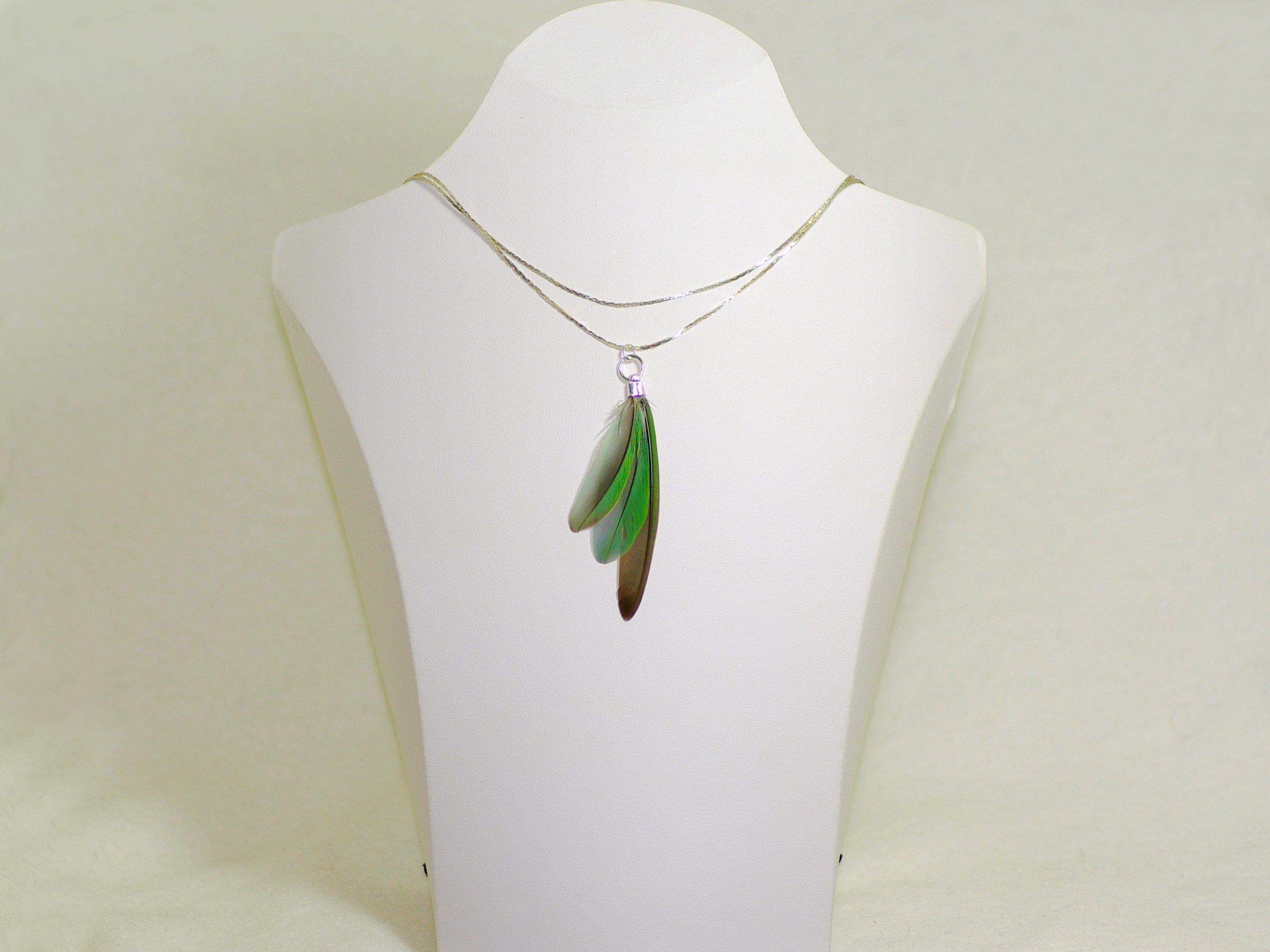 collier avec un pendentif plumes en éventail, plumes vert-gris, deux chaînes en inox